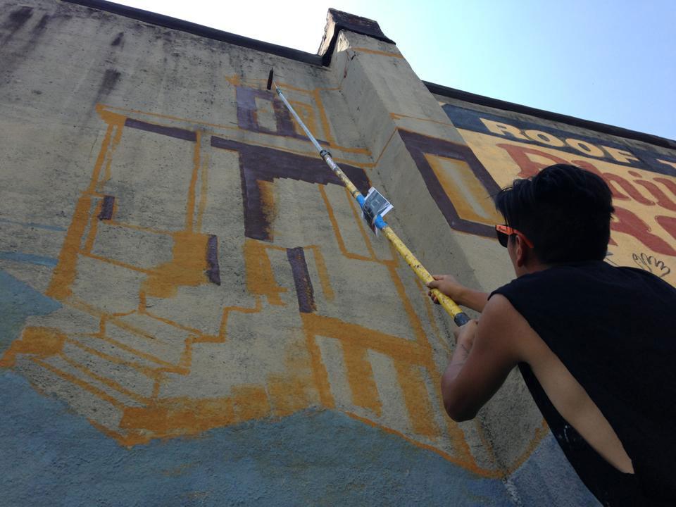 Artista pintando un mural en las calles de Baltimore