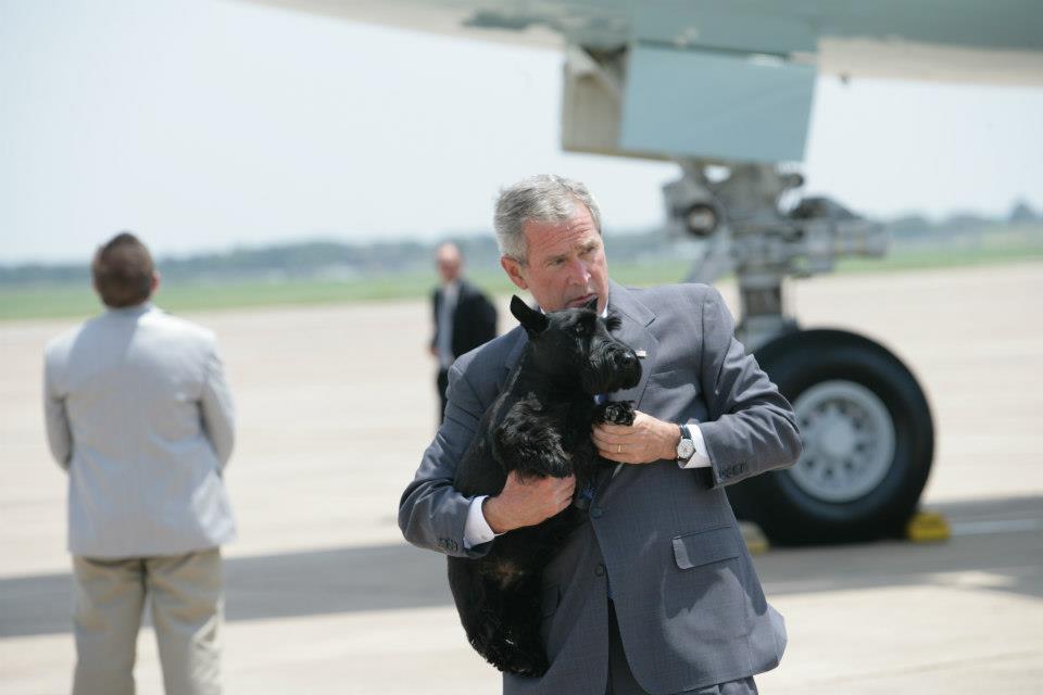 George W. Bush junto a su perro Barney