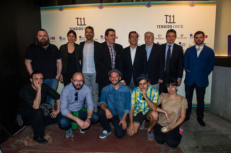 Los participantes junto a los artistas que realizan 'La Alternativa'