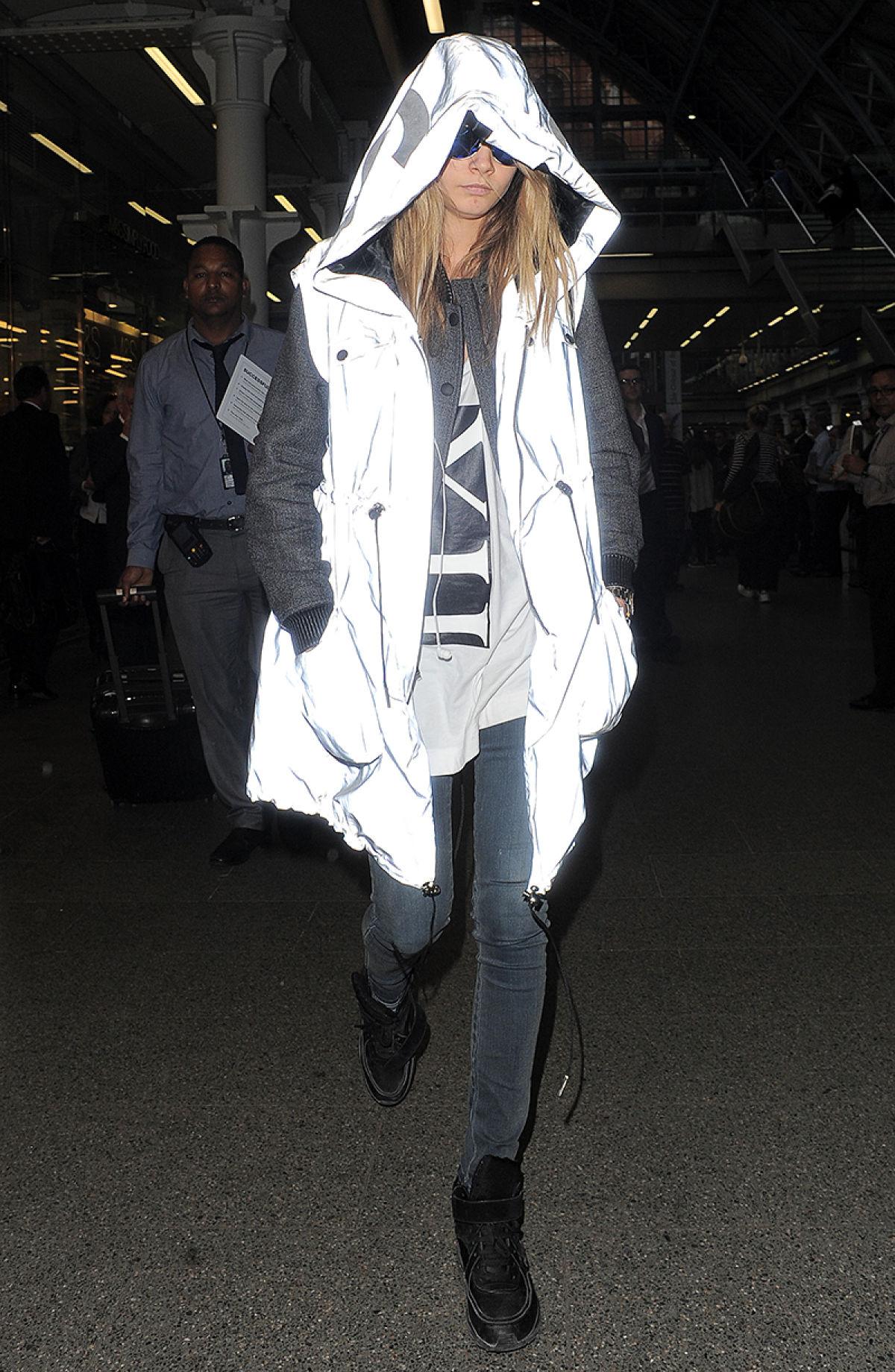 """La modelo Cara Delevingne luciendo su """"paparazzi-blocking jacket"""""""