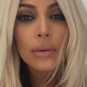 Kim Kardashian de rubio platino (Instagram)