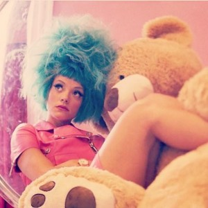 Lily Allen con el pelo azul (Facebook)