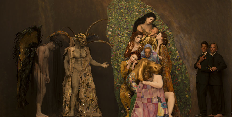 "Recreación de Gustav Klimt's ""Death and Life"" (1916). Photo: Life Ball, © Inge Prader."