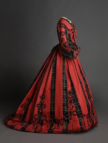 Traje en satén de color negro y coral con aplicación de pasamanería. 1865-1868. Museo del Traje CIPE