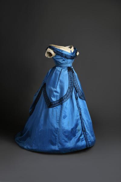 Traje de baile en seda de color azul con aplicaciones de encaje. 1860-1865. Museo del Traje CIPE