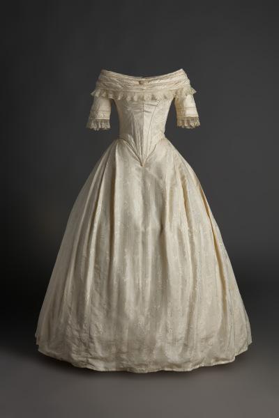 Vestido de novia en seda labrada con aplicación de encaje. Ca. 1840. Museo del Traje CIPE