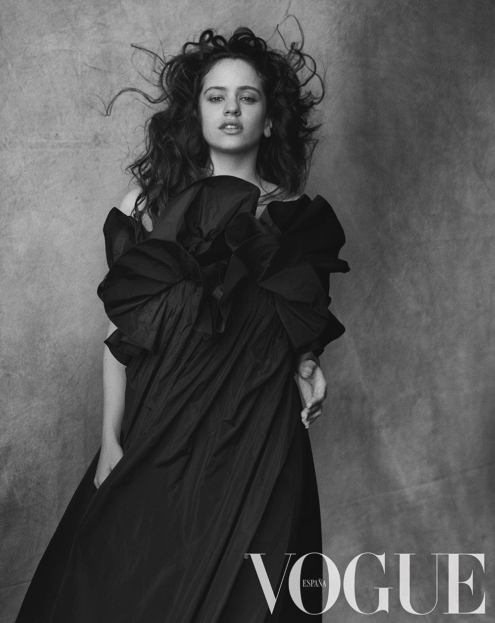 Vogue julio_Rosalía por Peter Lindbergh_ vestido de The 2nd Skin Co_ anillos Aristocrazy