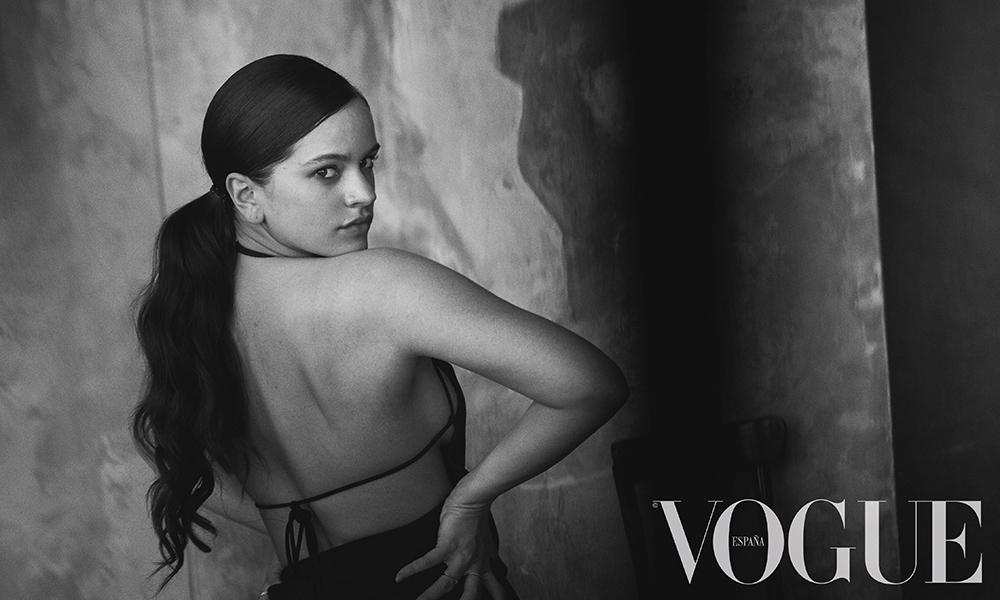 Vogue julio_Rosalía por Peter Lindbergh_ vestido de Jacquemus para Browns